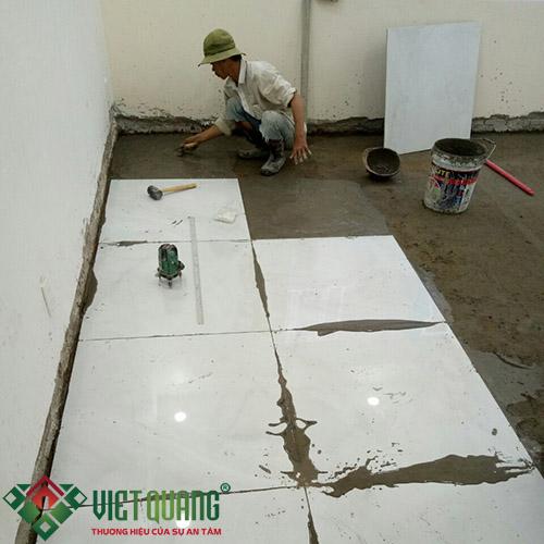 Thi công công lát gạch hoàn thiện nội thất ngôi nhà.