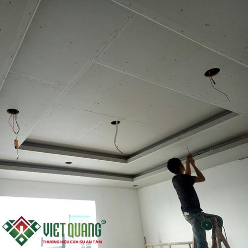 Thi công hệ thống điện cho đèn led chiếu sáng không gian nội thất ngôi nhà.