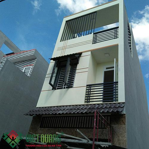Ngoại thất ngôi nhà tương đối được hoàn thành sau khi sơn hoàn thiện và lắp đặt cửa, ban công…