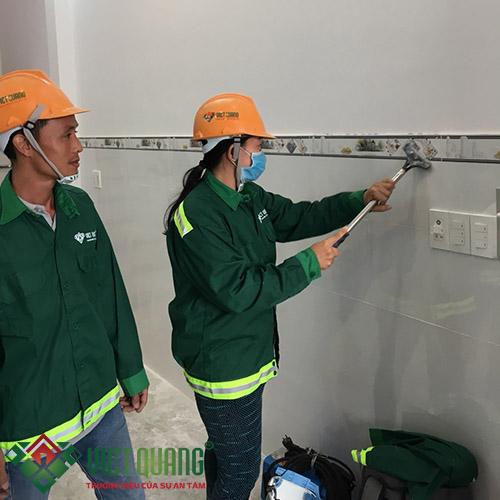 thi công vệ sinh tường nội thất sau khi sơn hoàn thiện và ốp lát gạch tường