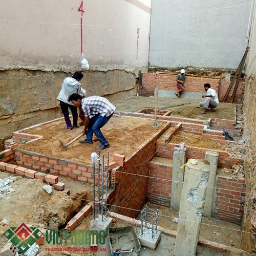 Công đoạn thi công khung móng, đài móng, hầm tự hoại. Chuẩn bị mặt bằng thi công sàn bê tông cốt thép.