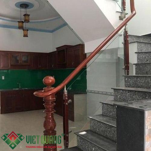 Không gian cầu thang thông tầng và bếp tầng trệt.