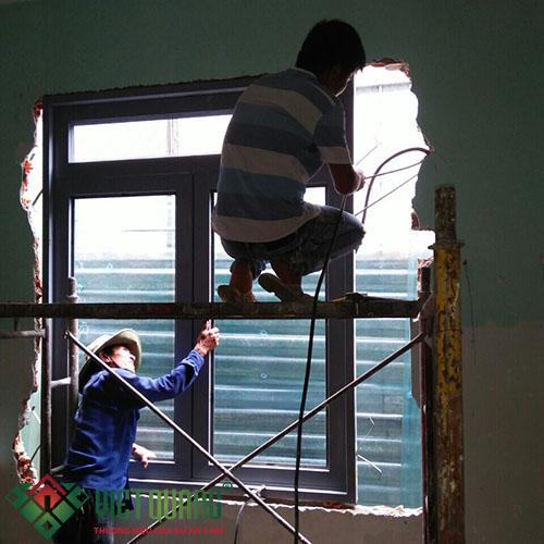 Thi công sửa chữa thay mới cửa sổ cho tầng trệt