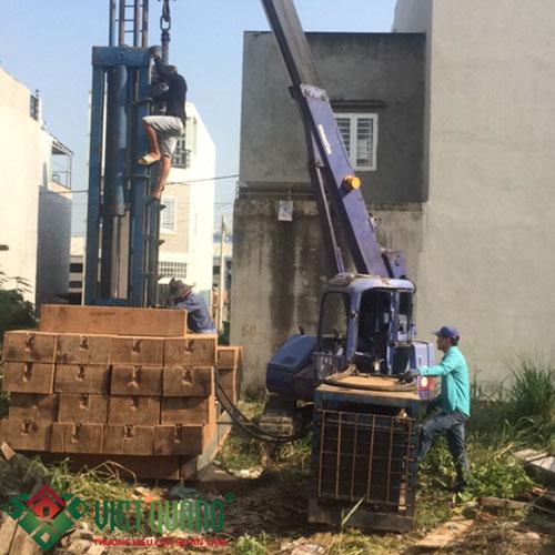 Quá trình thi công ép móng cọc khởi đầu thi công xây dựng ngôi nhà 2 tầng 1 tum