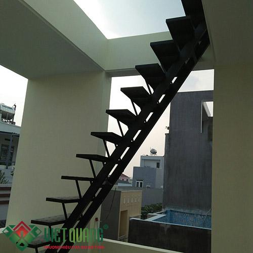 Cầu thang bộ lên tầng mái và 1 góc sân thượng ngôi nhà