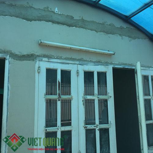 Thi công điện âm tường, đèn chiếu sáng và xử lý tường cũ, cửa sổ cũ trước khi sơn lại màu mới.
