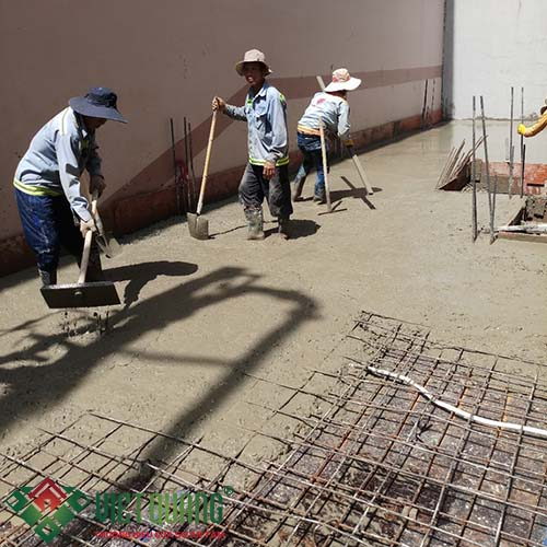 Công đoạn thi công bê tông sàn tầng trệt.