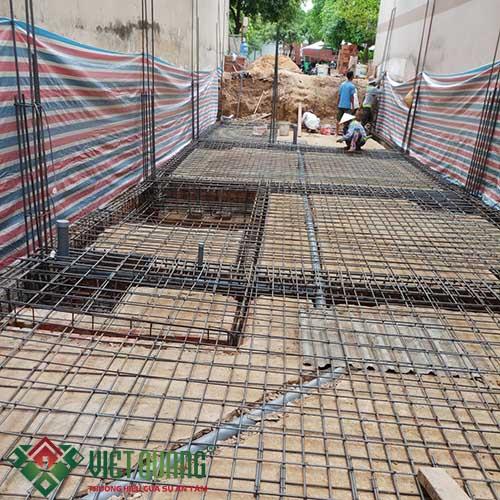 Công đoạn thi công đang nối sắt thép, chuẩn bị quá trình đổ bê tông sàn.