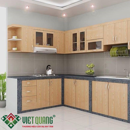 Tủ kệ bếp được làm bằng gỗ Sao và đá hoa cương được lát trên mặt tủ bếp