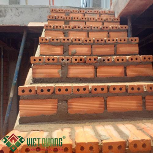 Hoàn thiện công đoạn thiết lập các bật cầu thang thi công phần thô.