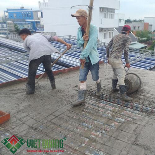 Quá trình đổ bê tông tầng 2 được diễn ra khá suôn sẻ và thuận lợi