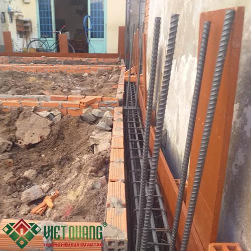 Công đoạn xây khung móng chuẩn bị quá trình đổ bê tông móng.