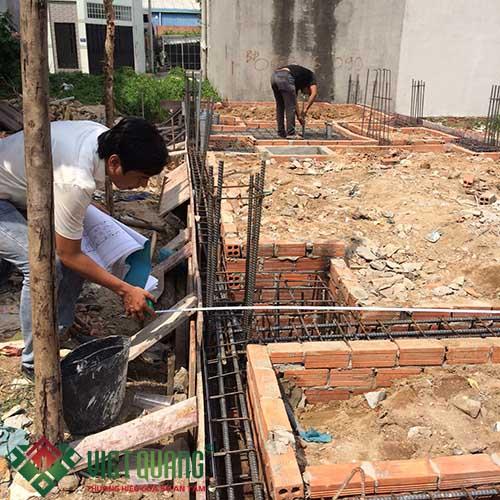 Kỹ Sư kiểm tra kích thước, vị trí cọc đài trước khi thi công đổ bê tông móng nền.