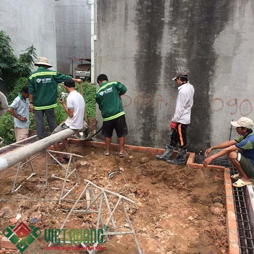 Quá trình thi công bê tông móng hình thành khung viên nền nhà xây dựng.