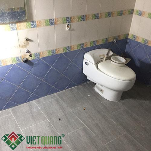 Nhà vệ sinh đã cũ và hư hỏng hệ thống cấp nước bồn rửa, vòi sen…