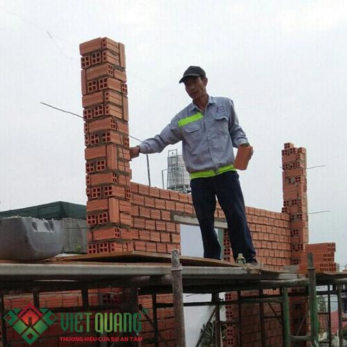 Thi công xây cột, xây tường gạch, xây vách ngăn phòng cho ngôi nhà