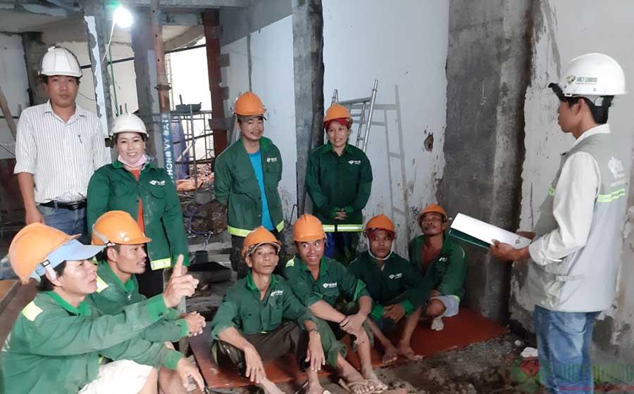 Công nhân của Việt Quang đang họp an toàn lao động