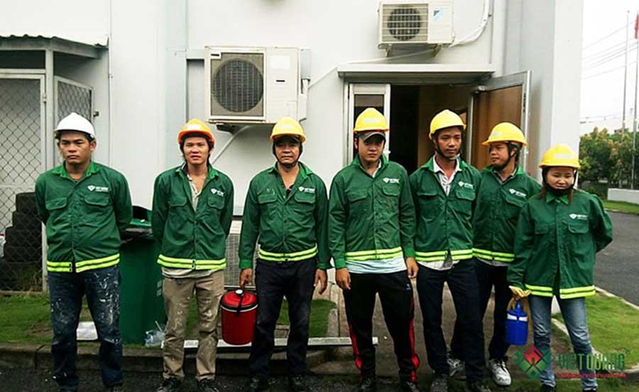 Công nhân lao động sửa chữa nhà của Việt Quang