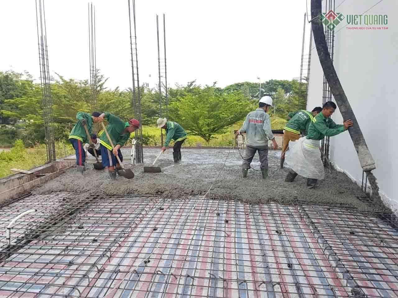 Bê tông cần được tưới nước để giúp quá trình thủy hóa xi măng được diễn ra thuận lợi