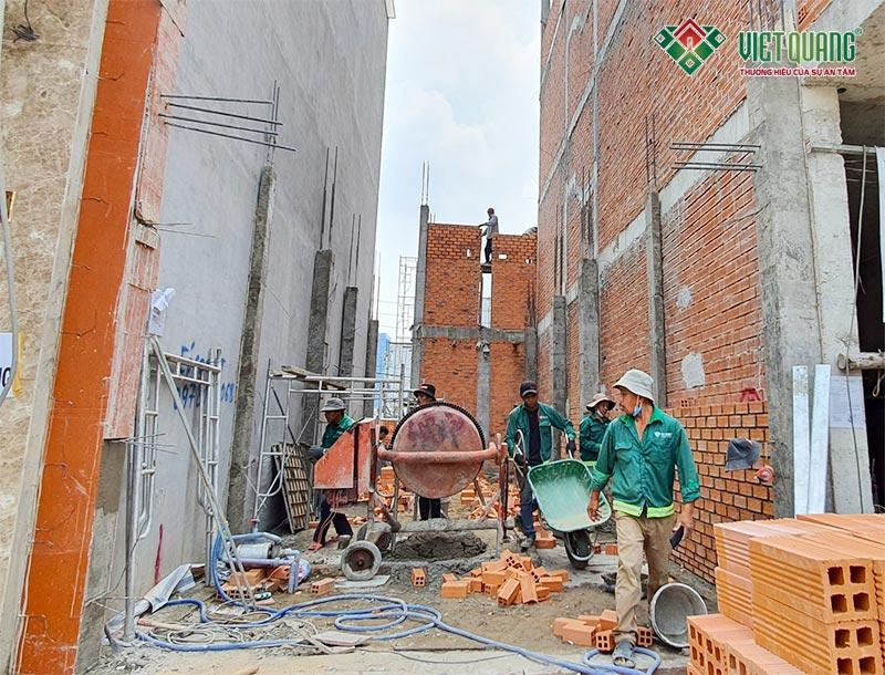 Công nhân Việt Quang xây tường
