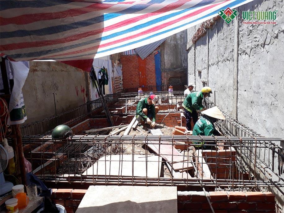 Công nhân Việt Quang đang thi công phần móng nhà chị Gấm quận 4