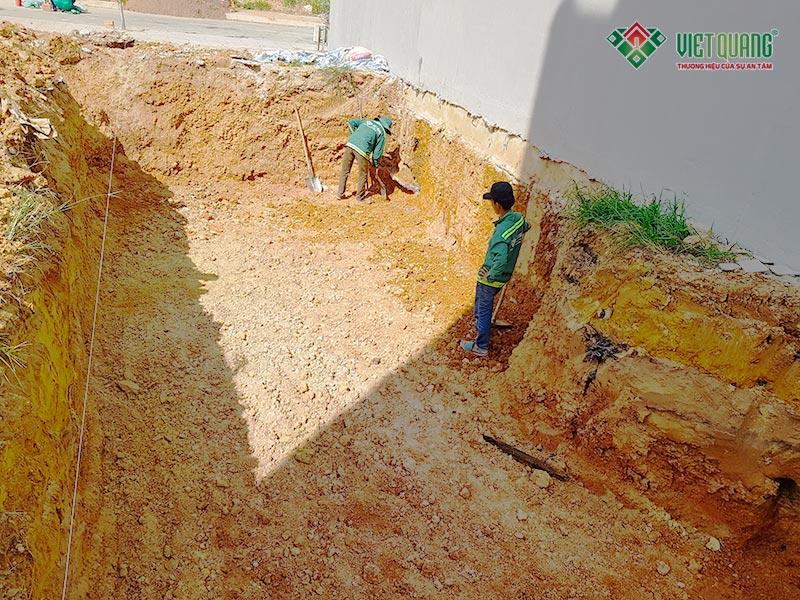 Công nhân thi công đào móng công trình nhà anh Tuấn Anh tại Bình Dương