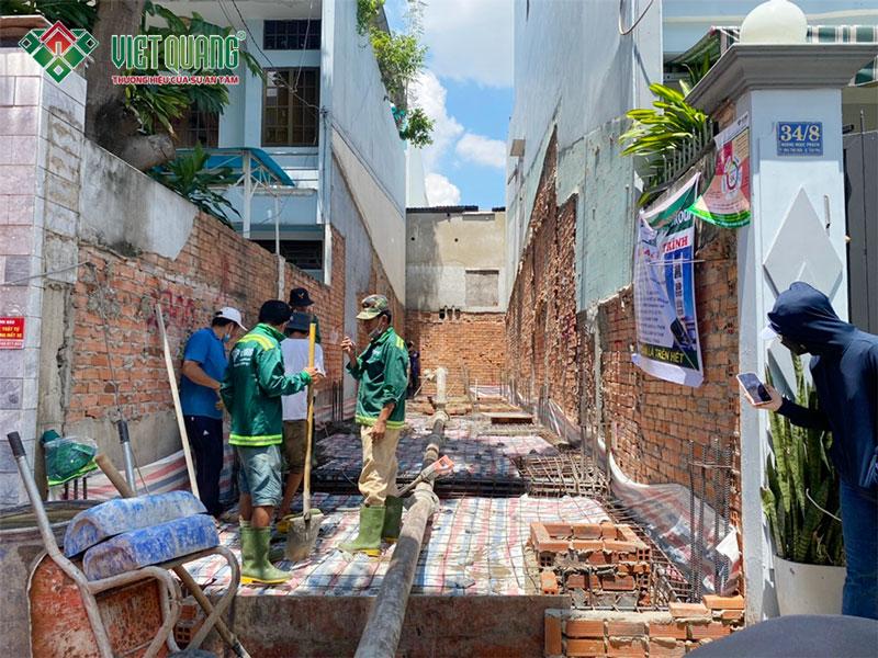 Hình ảnh chụp từ phía trước cảnh công nhân Việt Quang đang chuẩn bị đổ bê tông móng nhà chị Anh quận Tân Phú