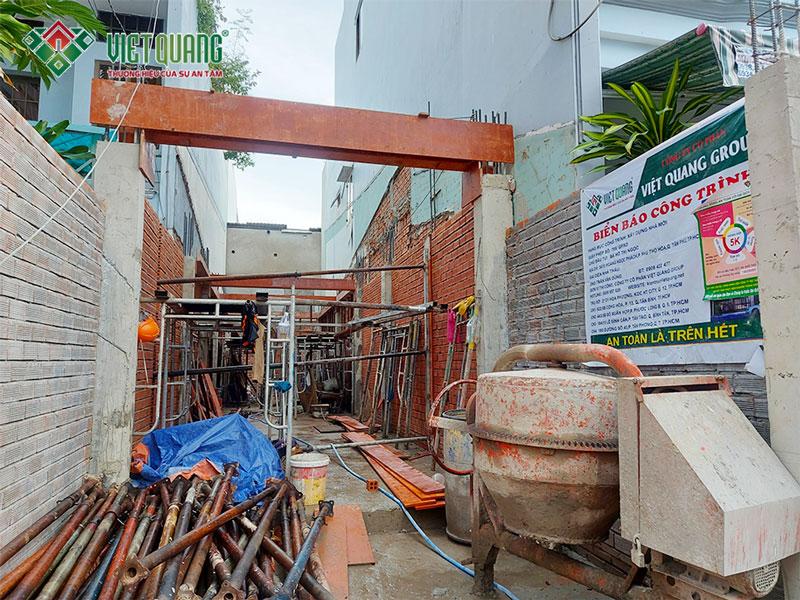 Hình mặt tiền công trình đang trong quá trình xây dựng phần thô tầng 1 lên tầng 2