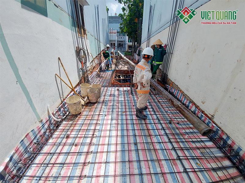Hình ảnh thép sàn được lắp đặt thẳng hàng, thằng lối, đều nhau, bê mặt sàn sạch sẽ, độ ẩm tương đối, thích hợp để chuẩn bị đổ bê tông