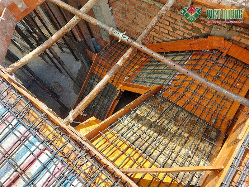 Hình ảnh thép cầu thang do đội ngũ Việt Quang thi công tại công trình nhà phố 5 tầng của gia đình chị Anh quận Tân Phú