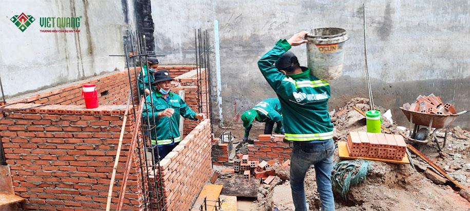 Công nhân Việt Quang xây tường bao móng