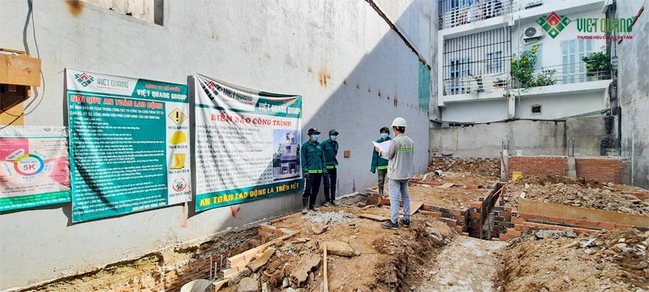 Kỹ sư hướng dẫn và nhắc nhở một số điểm đáng chú ý về công tác an toàn lao động và vệ sinh môi trường cho công nhân