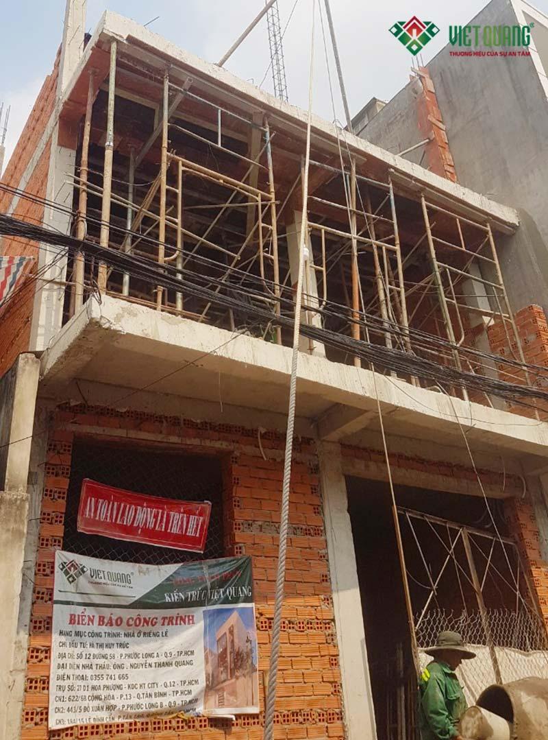 Mặt tiền trong quá trình thi công phần thô công trình xây dựng nhà phố 3 tầng chị Trúc tại quận 9