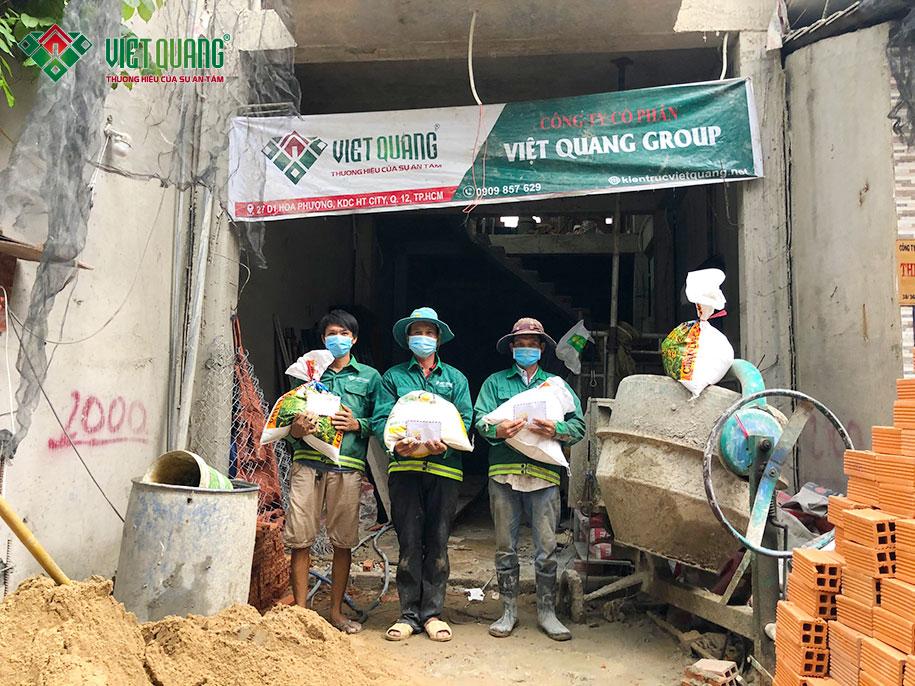 Theo đó, mỗi người lao động sẽ được tặng kèm 10 kg gạo, 01 chai nước mắm, 01 chai dầu ăn