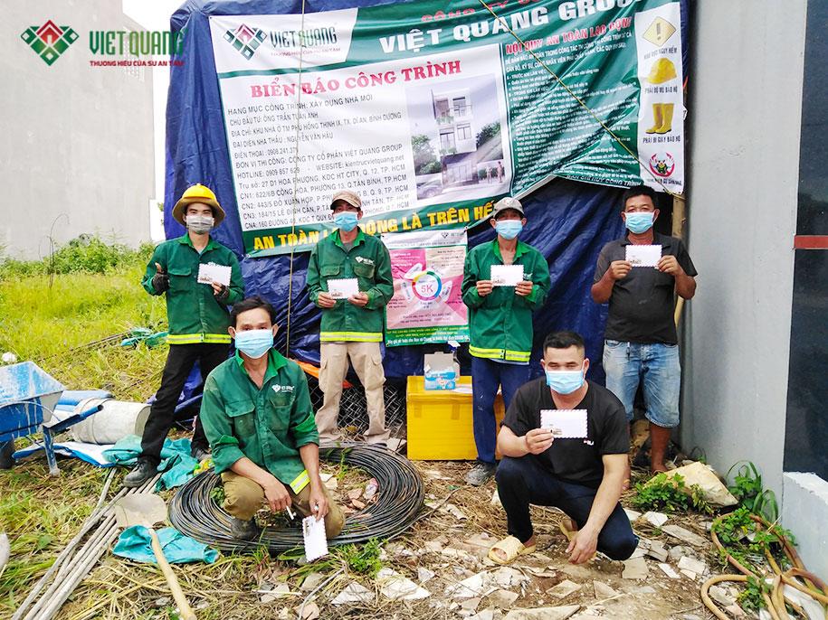 Việt Quang tặng quà cho công nhân tại công trình
