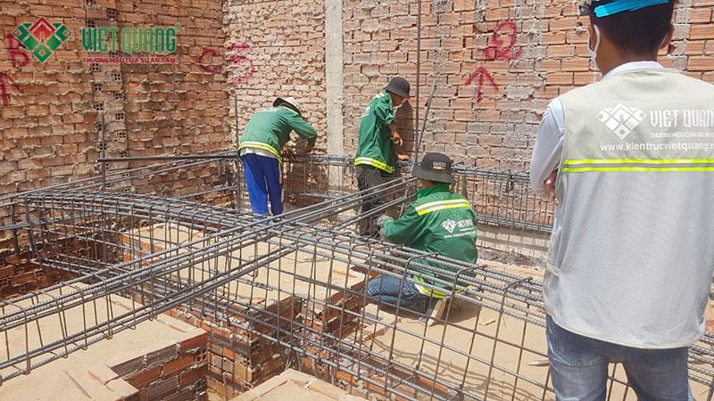 Công nhân đang thi công bô thép giằng móng công trình ngôi nhà phố 3 tầng tại quận 9
