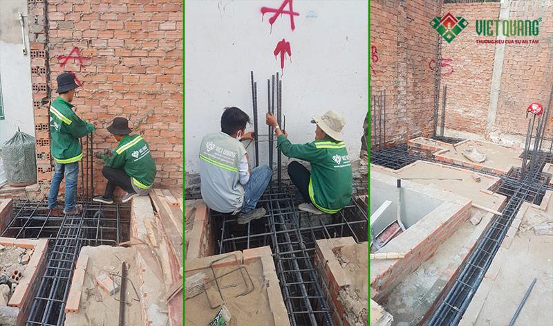 Hình ảnh cận cảnh thép Việt Nhật đang được lắp đặt vào móng nhà theo hồ sơ thiết kế
