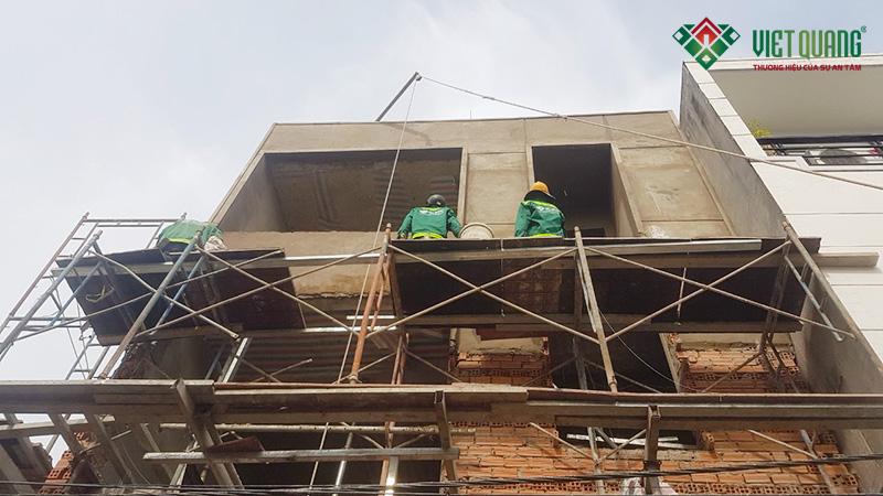 Công nhân Việt Quang đang thi công tô trát tường mặt tiền công trình