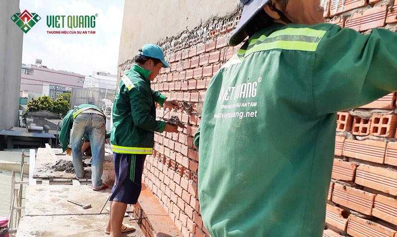 Công nhân đang thi công tô trát tường ngoài