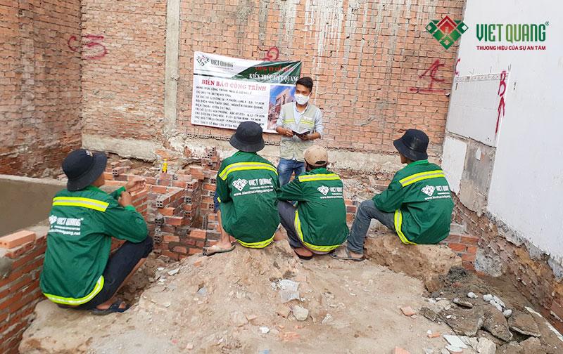 Kỹ sư Việt Quang hướng dẫn công nhân về công tác an toàn lao động tại công trình