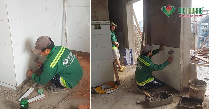 Hình ảnh công nhân Việt Quang đang thi công ốp lát gạch