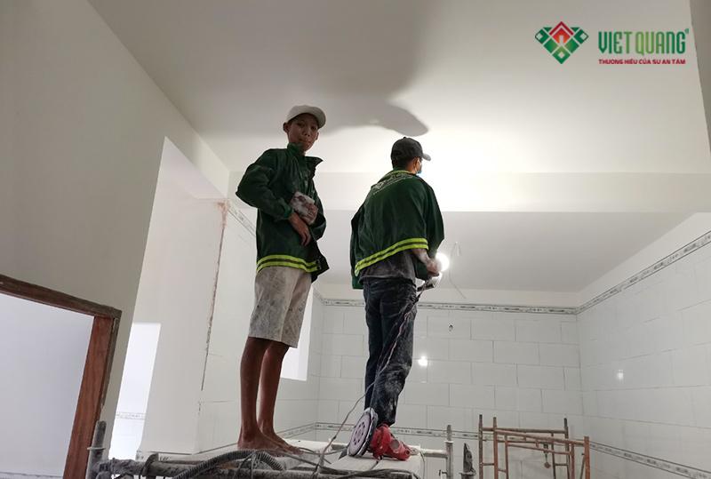 Thi công trét bột, xã nhám và lăn sơn nước tại công trình