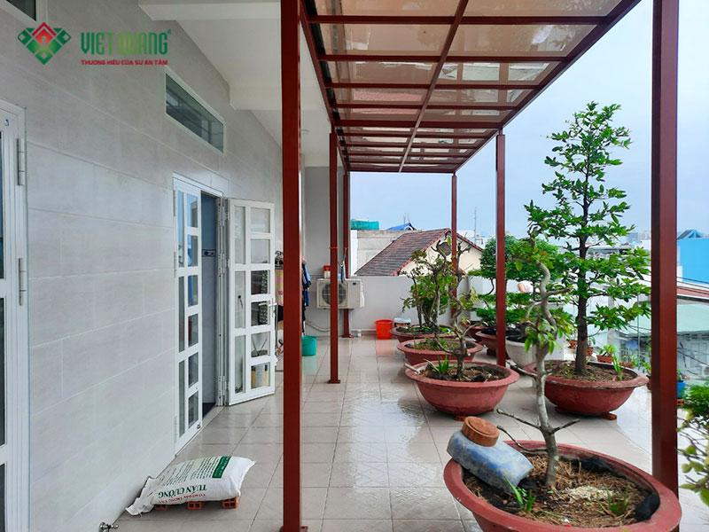 Khu vực sân thượng sau khi hoàn thiện. Tường nhà và nền đều được ốp lát gạch sạch sẽ, có mái che, được trang trí nhiều cây xanh và cây cảnh