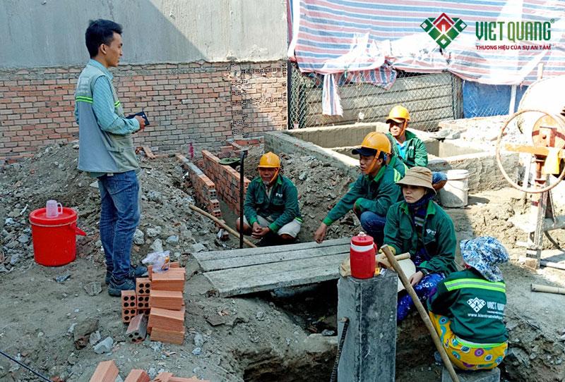 Kỹ sư Việt Quang hướng dẫn nhắc nhở công nhân về công tác an toàn lao động