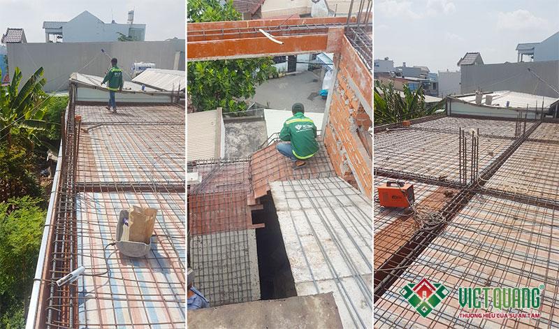 Công nhân Việt Quang đang tiến hành lắp đặt thép sàn theo đúng hồ sơ thiết kế