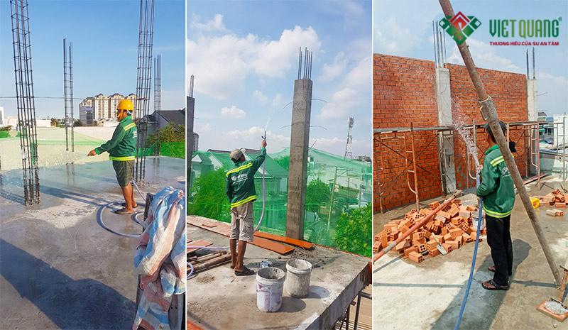Công nhân Việt Quang bảo dưỡng bê tông, gạch xây bằng cách tưới nước thường xuyên