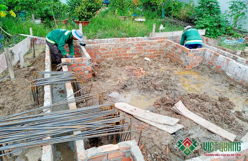 Công nhân thi công lắp đặt thép móng cọc công trình xây nhà phố 3 tầng 4x12m tại quận 9