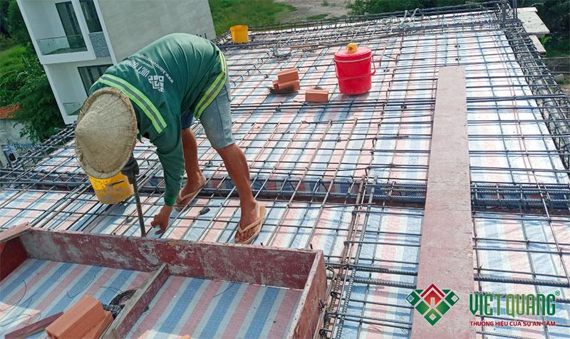 Công nhân Việt Quang chỉnh sửa thép Việt Nhật cho đều và đẹp trước khi đổ bê tông