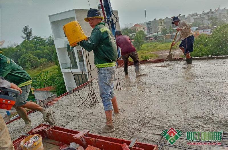 Hình ảnh công nhân Việt Quang thi công đổ bê tông sàn nhà chị Thắm quận 9