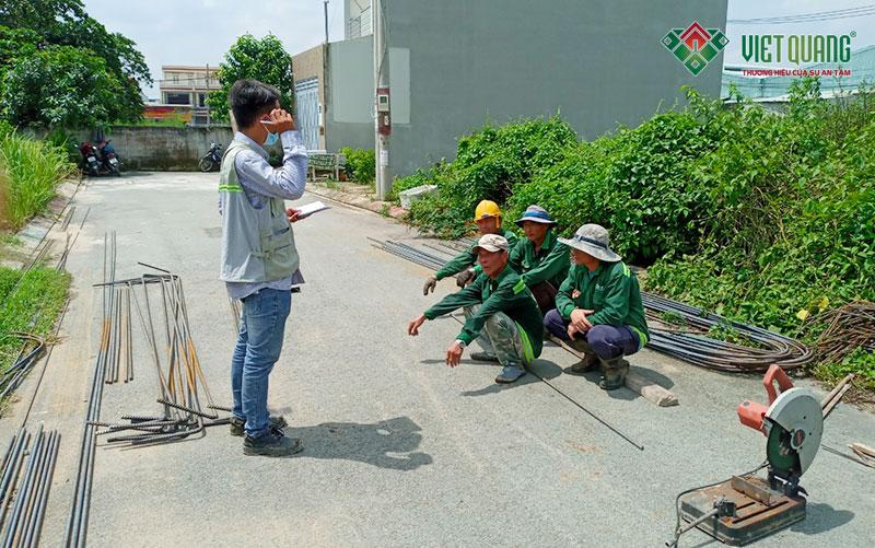 Kỹ sư Việt Quang phổ biến một số điều an toàn lao động cho công nhân và hướng dẫn các công việc cần làm cho đúng với thiết kế